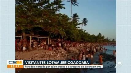 Turistas lotam praia de Jericoacoara, no interior do Ceará