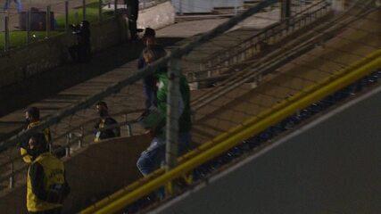 Das arquibancadas, Lisca comemora a vitória do América-MG sobre o Paraná pela Série B