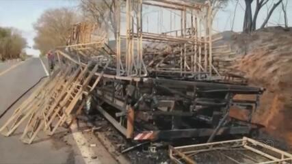 Caminhão pega fogo em rodovia de Ibitinga