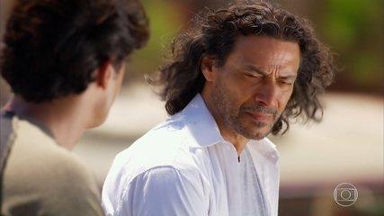 Donato aceita assumir a culpa pelo acidente no lugar de Hélio