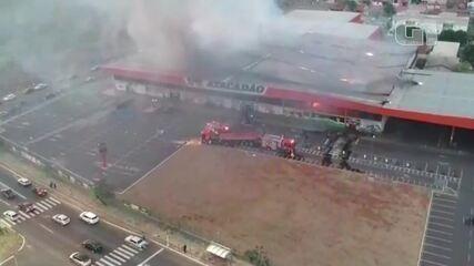 Bombeiros tentam apagar incêndio em atacarejo no MS