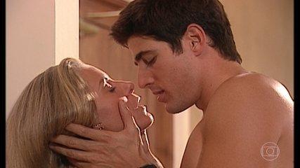 Helena e Edu se beijam