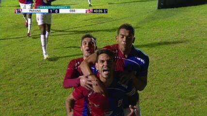 Gol do Paraná! Jean cobra fechado, a defesa do CRB tenta o corte e, no rebote, Fabrício abre o placar, aos 40 do 1º tempo