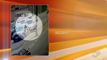 Motociclista 'voa' e cai no capô após ser atingida por carro em rua de Barra Bonita