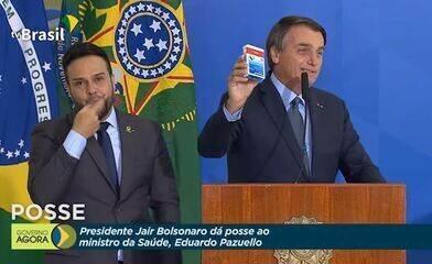 Bolsonaro exibe remédio sem comprovação contra Covid na posse de Pazuello