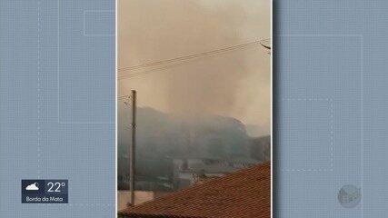Corpo de Bombeiros combate a incêndio no bairro Aeroporto em Varginha