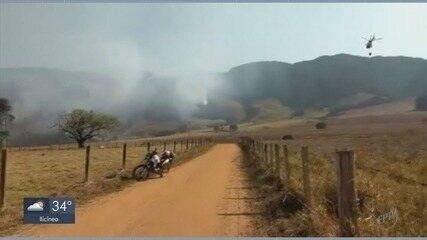 Bombeiros seguem no combate ao incêndio no Pico do Gavião em MG
