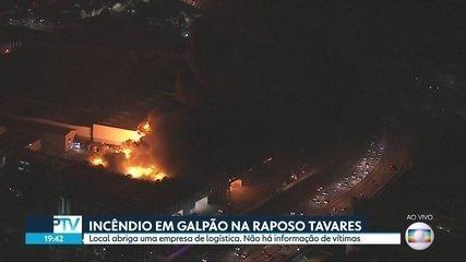 Incêndio de grandes proporções atinge galpão em Cotia