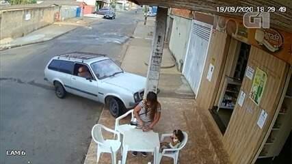 VÍDEO: Mãe e filha pequena escapam por um triz de serem atropeladas por carro, que bate em poste