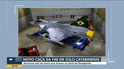 Aeronave da FAB chega ao Brasil pelo porto de Navegantes