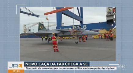 Novo caça da FAB chega a SC em operação sigilosa em Navegantes