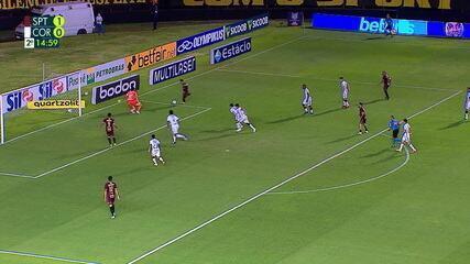 Thiago Neves chuta e Cássio sai bem pra fazer a defesa, aos 15 do 2º tempo