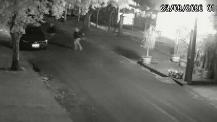 Vídeo mostra suspeitos de incendiar ônibus em Sarandi