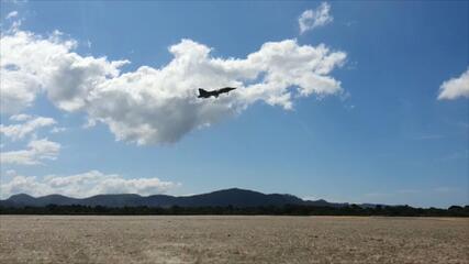 Caça Gripen da FAB realiza primeiro voo no Brasil