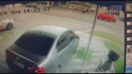 Motoboy é arremessado em colisão com carro em Peruíbe, SP