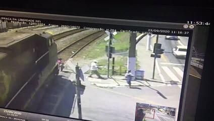 Mulher é atingida por trem no Centro de Barra Mansa