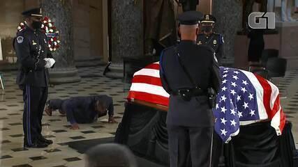 Personal trainer de RBG faz flexões em funeral da juíza nos EUA