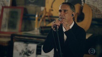 Arnaldo Antunes canta 'O Quê'