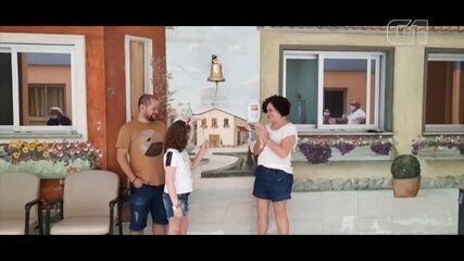 Menina de Tatuí que motivou fila gigante para doação de medula toca sino da cura