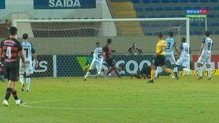 Mazinho sai na cara do gol, chuta forte, e Thiago Braga defende, aos 36 do 1º Tempo