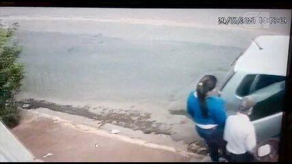 Vídeo mostra idoso entrando em carro de mulheres presas por dopar e roubar vítimas