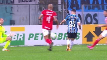Pepê tabela, sai na cara do gol e dá lindo toque por cima de Lomba