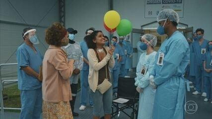 Daiane deixa o hospital sob aplausos da equipe médica