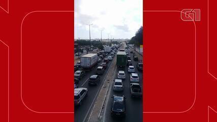Congestionamento na BR-222, em Caucaia, após batida entre moto da PM e ônibus