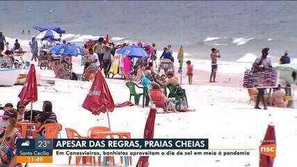 Banhistas aproveitam dia de sol na praia de Canasvieiras em meio à pandemia no feriadão de 12 de outubro