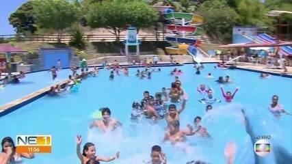 Em dia de reabertura, famílias aproveitam feriado em parque aquático em Olinda