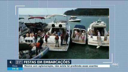 Pessoas são flagradas em festas dentro de barcos