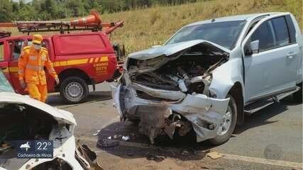 Acidente entre dois carros deixa 10 feridos na BR-491