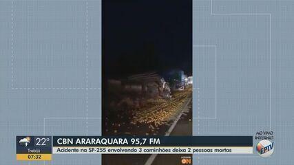 Acidente entre três caminhões deixa dois mortos na SP-255 em Dourado