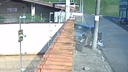 Carro desgovernado inicia sequência de batidas e derruba muro em Registro, SP