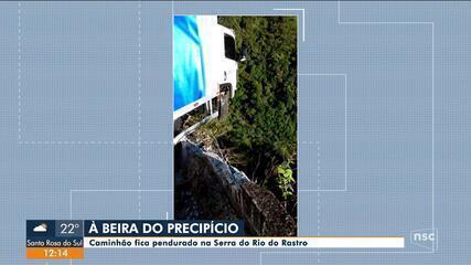 Caminhão fica pendurado na Serra do Rio do Rastro