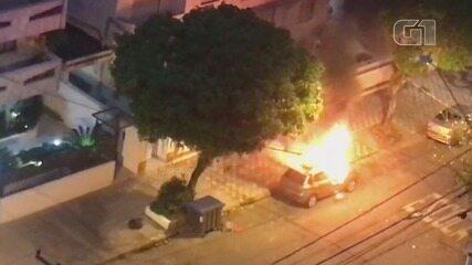 Carro ficou destruído após pegar fogo no Gonzaga, em Santos, SP