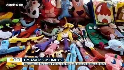 Professora transforma tarefas de casa em bonecos de panos para os alunos