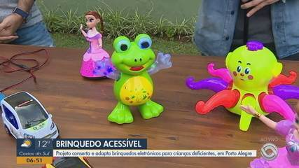 Projeto adapta brinquedos eletrônicos para crianças com deficiência em Porto Alegre