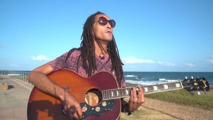 Cantor baiano de reggae Sine Calmon celebra 30 anos de carreira