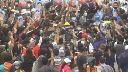 Milhares de pessoas protestam contra o governo na Tailândia