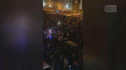 Milhares de pessoas se aglomeram em baile funk em Santos, SP durante pandemia de coronavírus
