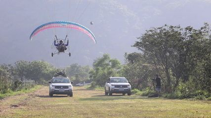 Diário de Bordo Sobre Rodas - Mundo T-Cross: Fernando Fernandes faz voo de paramotor