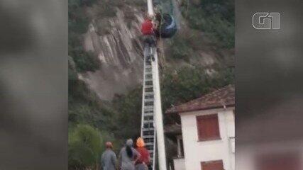Piloto de paraglider fica preso em poste ao tentar pousar em São Vicente
