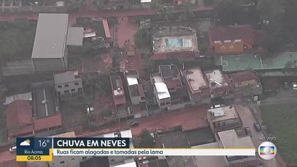 Chuva: lama invade ruas e casas em bairro de Ribeirão das Neves