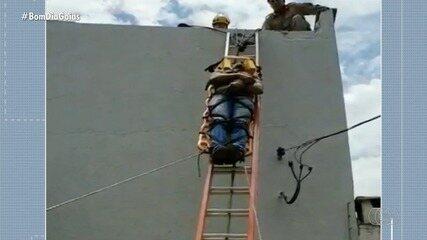 Bombeiros resgatam homem que levou choque em telhado a 7 metros de altura