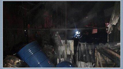 Indústria de recicláveis pega fogo em Itaquaquecetuba