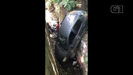 Carro cai em vala na Ladeira Geraldo Melo, em Maceió