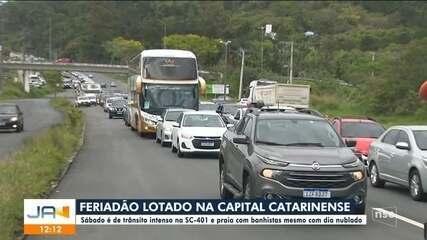 Sábado é de trânsito intenso e praia com banhistas em Florianópolis