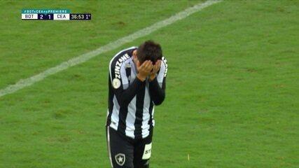 Pênalti para o Botafogo, após mão na área de Eduardo: Victor Luis cobra e isola, aos 36' do 1º Tempo