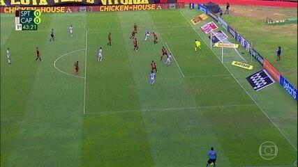 Não valeu! Renato Kayzer marca, mas após checagem do VAR, gol é anulado, aos 43' do 1T